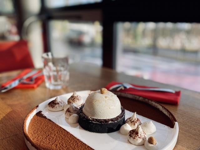 LA BELLE EQUIPE 1877 Dôme chocolat blanc, cacahuètes et caramel au beurre salé de Guérande