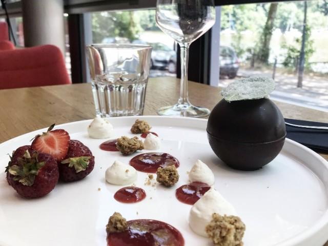 LA BELLE EQUIPE 1877 Sphère aux fraises, crème de basilic